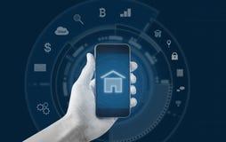 Slim huis en gebouwen mobiele toepassing Hand die mobiele slimme telefoon houdt royalty-vrije stock fotografie