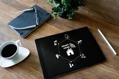 Slim huisconcept op het scherm Automatisering en technologie in elk dagleven royalty-vrije stock foto
