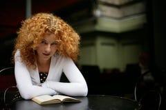 Slim meisje dat een boek leest stock fotografie