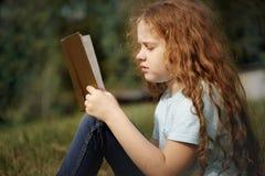 Slim meisje die het boek in openlucht lezen royalty-vrije stock afbeeldingen
