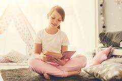 Slim prettig meisje die een interessant verhaal lezen royalty-vrije stock foto's