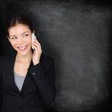 Slim telefoonbord - vrouw op mobiele telefoon stock foto