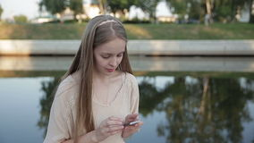 Slim telefoonoverseinen Vrouw die cellulair mobiel apparaat voor het werk concept met behulp van stock video