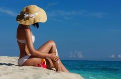 Slim woman applying sunscreen Royalty Free Stock Photography