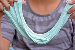 Slime aqua τεντώματος κοριτσιών στοκ εικόνα