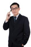 Slimme Aziatische Chinese mens die kostuum dragen en mobiele telefoon houden royalty-vrije stock afbeeldingen