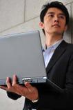 Slimme Aziatische Mens die laptop met behulp van royalty-vrije stock fotografie