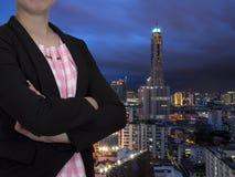 Slimme bedrijfsvrouw met moderne de bouwachtergrond 1 stock fotografie