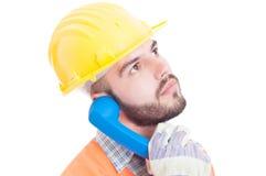 Slimme bouwer of ingenieur die op de telefoon spreken Royalty-vrije Stock Foto