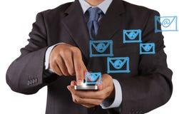 Slimme de telefooncomputer van het handgebruik met e-mailpictogram Stock Afbeeldingen