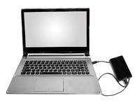 Slimme die telefoon aan laptop door gegevenskabel wordt aangesloten in wit wordt geïsoleerd Stock Afbeeldingen