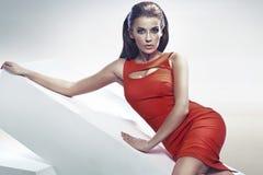 Slimme donkerbruine dame in rood Stock Afbeeldingen