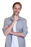 Slimme Duitse kerel met baard in grijs overhemd Royalty-vrije Stock Afbeelding