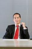 Slimme Europees-Aziatische het bedrijfsmens doorbladeren documenten Stock Foto