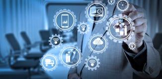 Slimme fabriek en de industrie 4 0 en verbonden productierobots die gegevens met Internet van dingen IoT ruilen royalty-vrije stock foto's