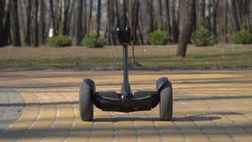 Slimme gadgetbewegingen langs de weg in park stock footage