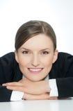 Slimme glimlachende bedrijfsvrouw, close-upportret op witte achtergrond Royalty-vrije Stock Afbeeldingen