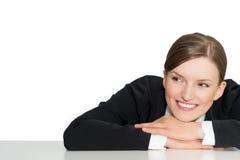 Slimme glimlachende bedrijfsvrouw en productbevordering, close-upportret op witte achtergrond Royalty-vrije Stock Afbeeldingen