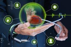 Slimme hand die menselijke hart en stethoscoop tonen royalty-vrije stock afbeeldingen