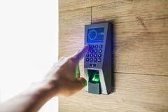 Slimme het wachtwoordingang van het huistoetsenbord Het menselijke hand drukken de combinatie van de veiligheidscode om de deur t royalty-vrije stock fotografie
