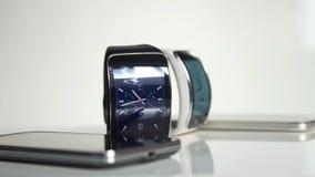 Slimme horloge en smartphone stock footage