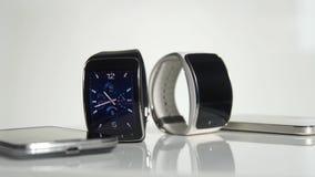 Slimme horloge en smartphone stock video