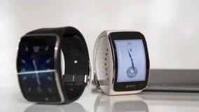 Slimme horloge en smartphone stock videobeelden