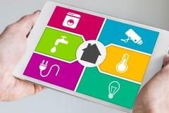 Slimme huisautomatisering en mobiel gegevensverwerkingsconcept Stock Foto's