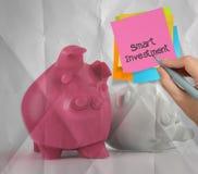 Slimme investerings kleverige nota bij 3d status van het spaarvarken Stock Foto
