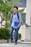 Slimme Jonge Aziatische Jongensstudent With Notebooks Walking royalty-vrije stock foto's