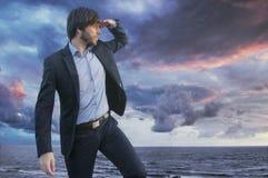 Slimme jonge kerel die horizont waarnemen stock foto's