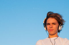 Slimme Koele Jongen die aan Muziek luisteren Stock Foto's