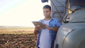 Slimme landbouwbestuurder E langzame geanimeerde video Portret stock videobeelden