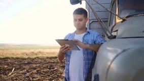 Slimme landbouwbestuurder E langzame geanimeerde video Portret stock video