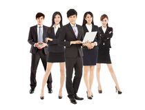 Slimme laptop van de zakenmanholding met commercieel team Stock Foto