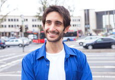 Slimme Latijnse kerel in een blauw overhemd in de stad Stock Afbeelding