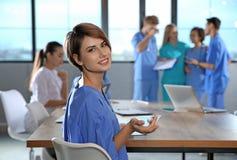 Slimme medische student met haar klasgenoten stock afbeelding