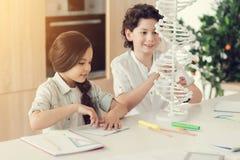 Slimme positieve kinderen die biologie bestuderen stock afbeeldingen