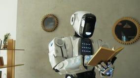 Slimme robot die interessant boek lezen stock video