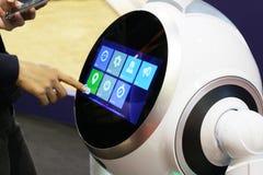 Slimme robot voor hulp rond het huis De mannelijke hand past de montages van de robot aan royalty-vrije stock foto's