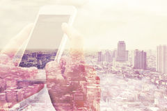 Slimme telefoon en cityscape achtergrond royalty-vrije stock foto