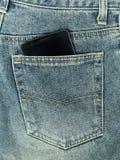 Slimme telefoon in jeanszak stock fotografie