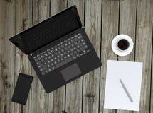 Slimme telefoon, laptop en koffiekop op houten dek royalty-vrije stock foto's