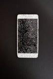 Slimme telefoon met het gebroken scherm op zwarte achtergrond Royalty-vrije Stock Foto's