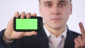 Slimme telefoon met het groene scherm in hand van zakenman stock videobeelden