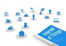 Slimme telefoon met Internet van dingen (IoT) woord en objecten pictogram