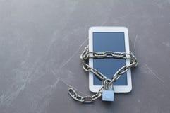 Slimme telefoon met ketting en slot voor veiligheid concept royalty-vrije stock fotografie