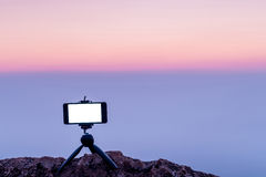 Slimme telefoon mobiele fotografie op de rotsachtige bergenachtergrond Stock Foto