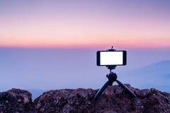 Slimme telefoon mobiele fotografie op het rotsachtige bergenlandschap Stock Foto's