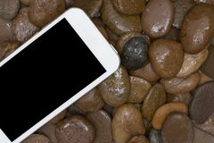 Slimme telefoon op het grint Stock Foto's
